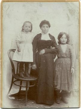 Dina Rachefsky and two of her four daughters, Ida and Lottie.
